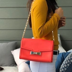 Kate spade coral shoulder bag with gold chain